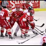 Ljungby 2012-02-17 Ishockey HockeyAllsvenskan IF Troja-Ljungby - Örebro: Örebro Robin Sterner tar pucken medan 3 Trojaspelare bevakar.