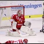 Ljungby 2012-01-06 Ishockey HockeyAllsvenskan IF Troja-Ljungby - Mora IK: Skott tätt ovanför Troja Ljungby målvakt 35 Trevor Koenigs ribba