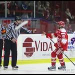Troja_Huddinge_3-2_Daniel_Hakansson_hamtar_puck_04